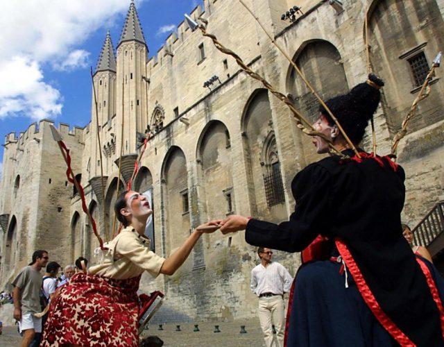 """Avignon devient d'ordinaire chaque juillet la """"capitale du théâtre"""", attirant 700'000 visiteurs (archives)."""