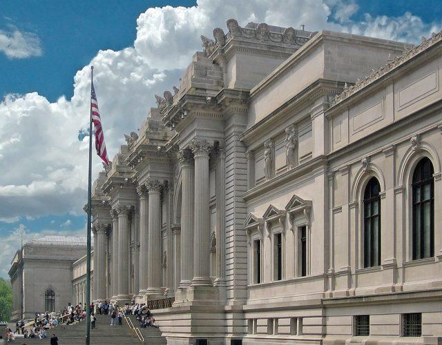 1024px-Metropolitan_Museum_of_Art_entrance_NYC