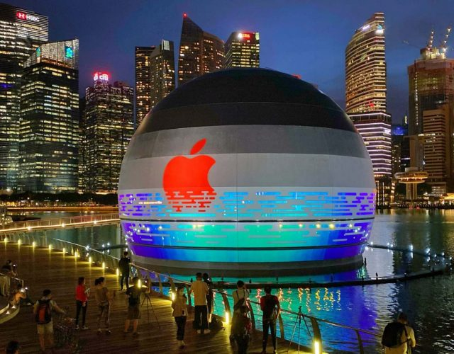 Apple-marina-bay-sands-floating-spherical-foster-partners_dezeen_2364_col_1-2048x1152