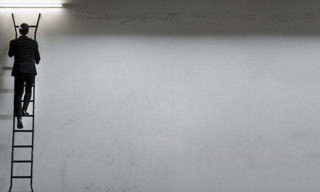 antras-me-kostoumi-skala