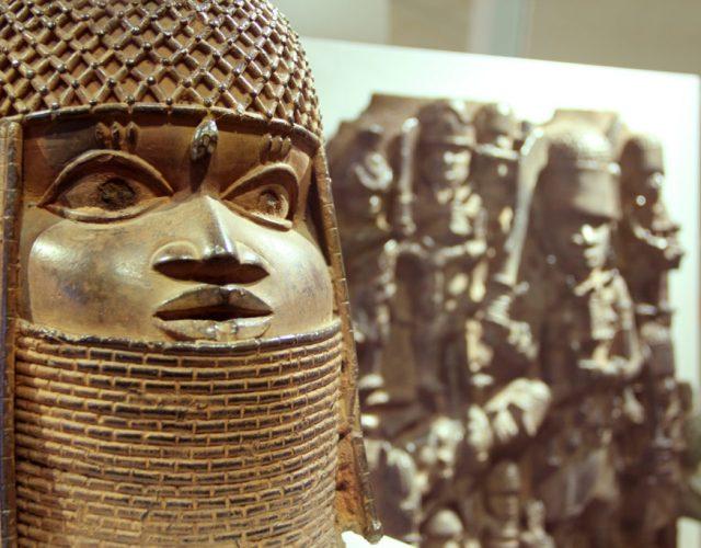 MKG_Raubkunst_Benin-Bronzen_Ausstellungsansicht_4-1024x683