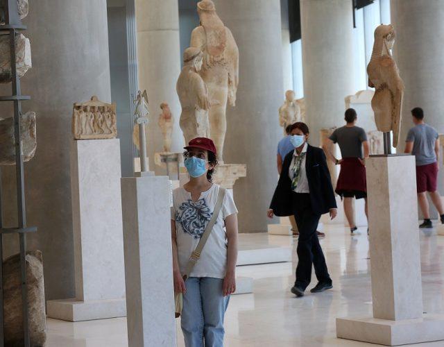 Δημοσιογράφοι και άλλοι επισκέπτες φορούν προστατευτική μάσκα ενώ περιηγούνται στο Μουσείο της Ακρόπολης μετά από εκδήλωση ενημέρωσης για τον 11ο χρόνο λειτουργίας του, Αθήνα Πέμπτη 18 Ιουνίου 2020. Προκειμένου να εισέλθει κανείς στο μουσείο είναι υποχρεωτική η χρήση μάσκας. Το μουσείο άνοιξε για το κοινό μετά την περίοδο της καραντίνας την προηγούμενη Δευτέρα και κατά μέσο όρο το επισκέπτονται καθημερινά περίπου 150 επισκέπτες ενώ η συνήθης επισκεψιμότητα του είναι περίπου 3000 επισκέπτες ημερησίως. ΑΠΕ-ΜΠΕ/ΑΠΕ-ΜΠΕ/ΟΡΕΣΤΗΣ ΠΑΝΑΓΙΩΤΟΥ